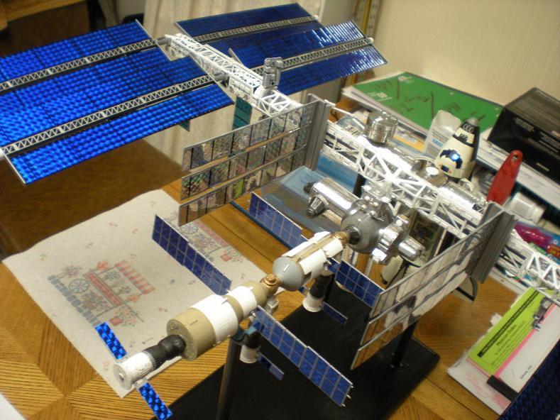 Space-Station-Model-1-144th-Revell-Jan2011-5700_006a.JPG